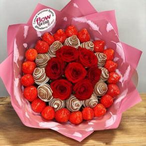 """Букет из клубники с розами """"Криспи"""""""